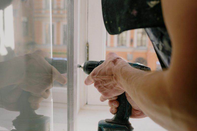 Fachowiec montujący okno